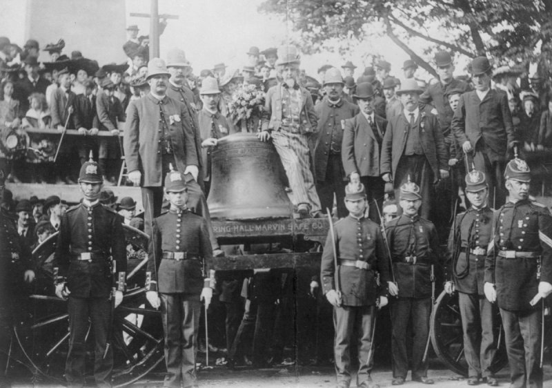 UNITED+STATES+-+CIRCA+1903%3A++Liberty+Bell+on+a+wagon+surrounded+by+men+in+uniform+and+others%3B+man+dressed+as+Uncle+Sam+leaning+on+the+bell.